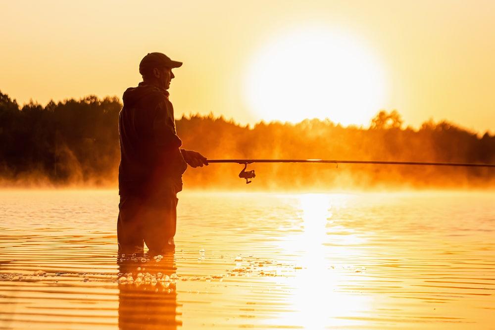 Kuva kalastajasta aamuruskossa