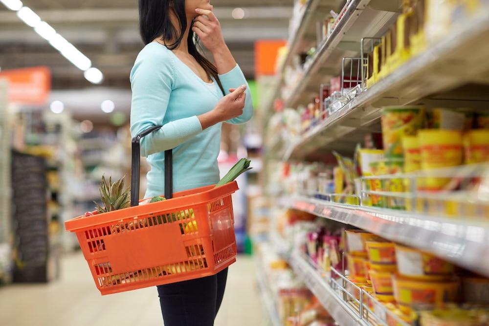 Kuluttaja miettii vaihtoehtoja ruokakaupassa